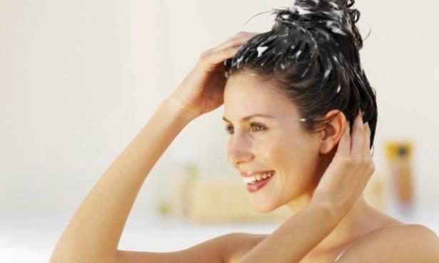 mulher-hidratando-o-cabelo-28224